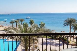 Sea Front 2 Bedroom Apartment with Private Beach